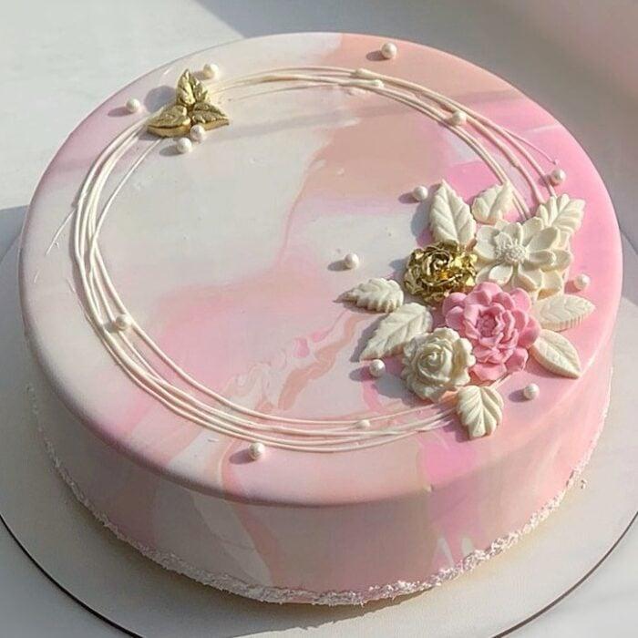 Pastel de fresa con flores blancas ;17 Hermosos pasteles glaseados que te conquistarán a primera vista