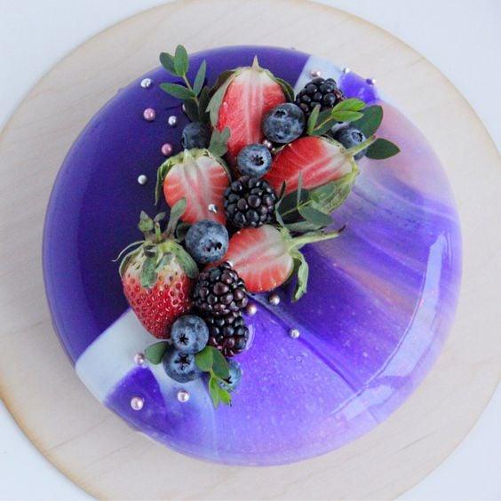 pastel con fresas y crema ;17 Hermosos pasteles glaseados que te conquistarán a primera vista