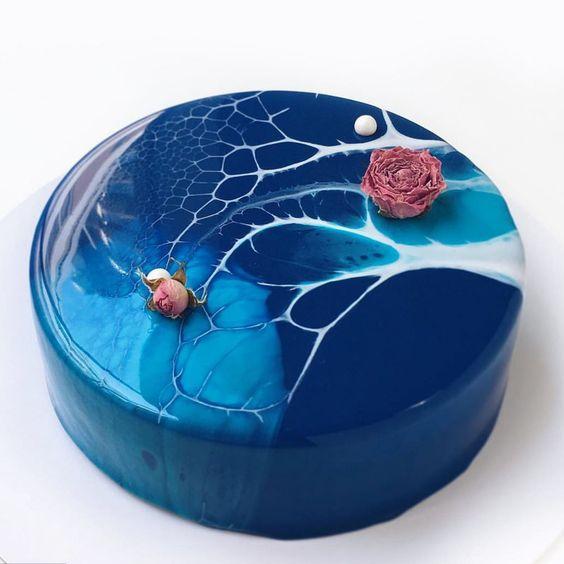 pastel en tonos azules con glaseado de azúcar ;17 Hermosos pasteles glaseados que te conquistarán a primera vista