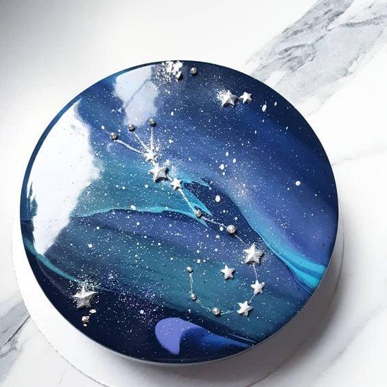 pastel decorado como el espacio estelar ;17 Hermosos pasteles glaseados que te conquistarán a primera vista