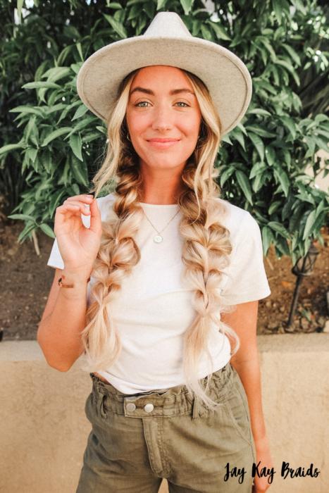 Chica usando un peinado de coletas en forma de burbuja