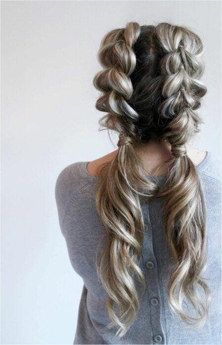 Chica usando un peinado de coletas