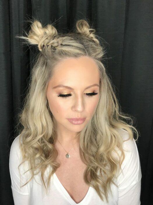 Chica usando un peinado de coletas altas