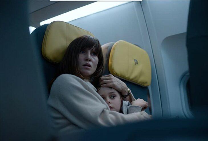 Escena de la película cielo rojo sangre. Madre abrazando a su hijo en el avión