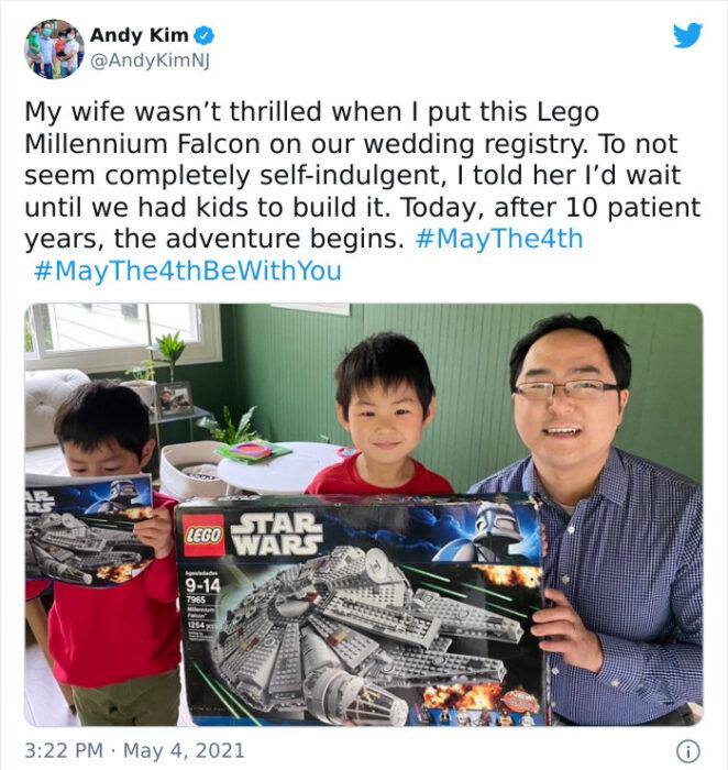 Padre junto a sus hijos sosteniendo una nave de legos