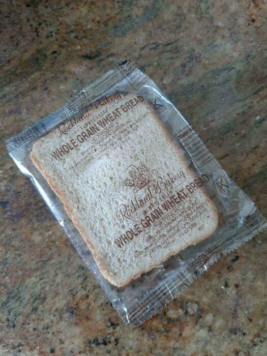 Pieza de pan envuelto en un envase de plástico