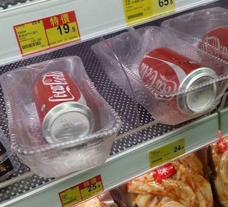 Latas envuelto en un envase de plástico