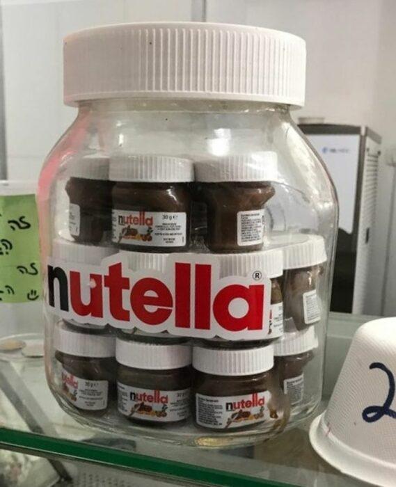 Nutellas pequeñas envuelto en un envase de plástico