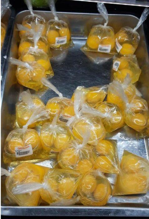 Huevos sin cáscara puestos en bolsas de plástico