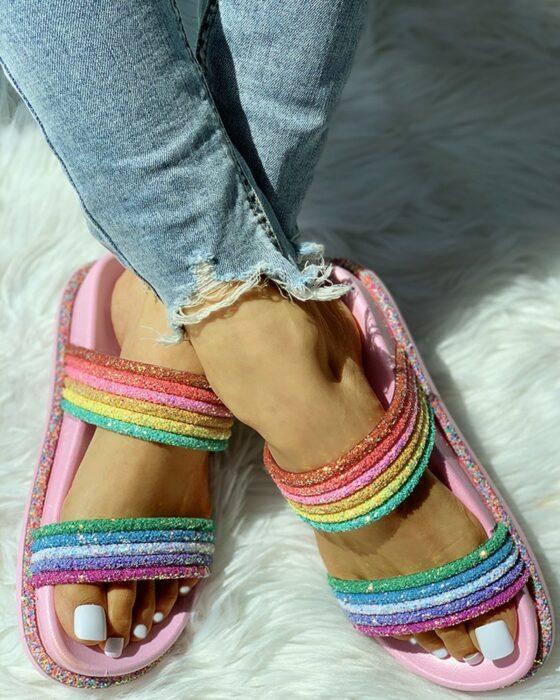 sandalias con colores de arcoíris ;13 Coloridos regalos para las chicas que aman los arcoíris