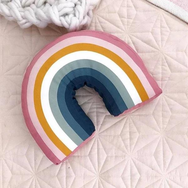 almohada de arcoíris ;13 Coloridos regalos para las chicas que aman los arcoíris