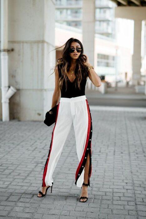 Chica usando un pants con top y tacones de sandalias