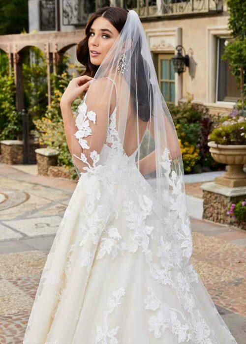 Novia usando un vestido de color blanco con un velo con detalles de encaje