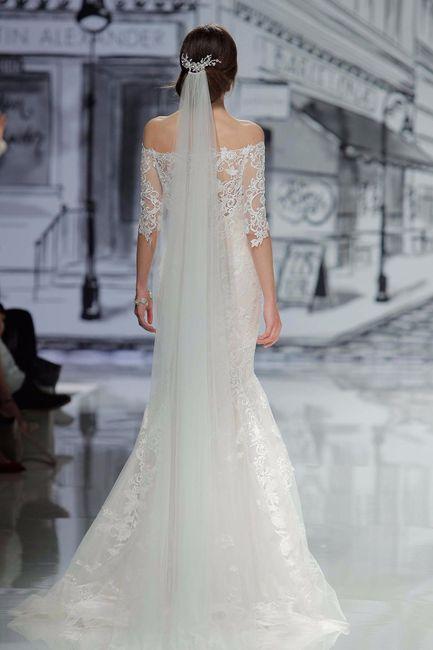 Chica usando un vestido de novia con un velo a juego largo y liso