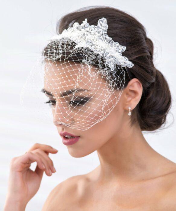 Mujer usando un velo estilo francés