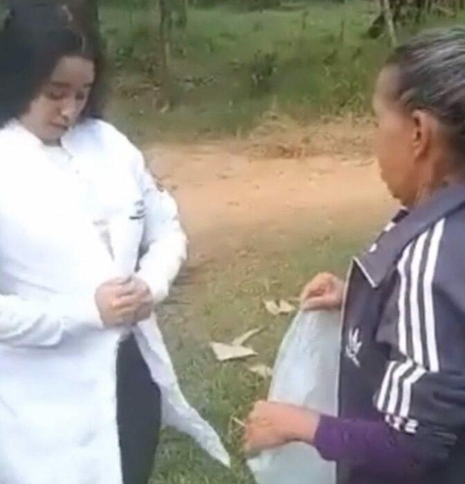 Chica llevando bata de veterinaria; Se viste como una veterinaria profesional y sorprende a su mamá con un nuevo triunfo