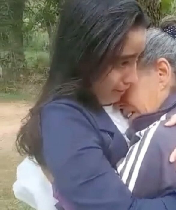 Madre e hija abrazadas; Se viste como una veterinaria profesional y sorprende a su mamá con un nuevo triunfo