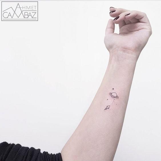 Chica con un tatuaje de planetas en diferentes colores