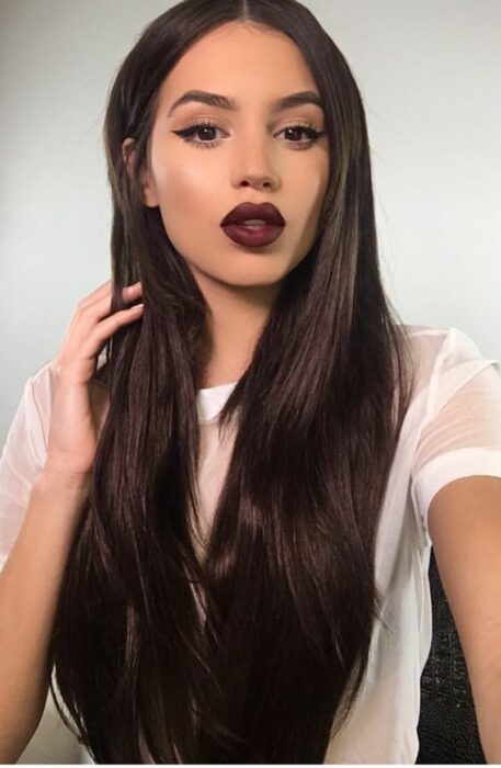 Chica con el cabello teñido en tono chocolate