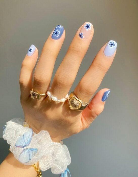 Manicura azul cielo con flores blancas ;16 Manicuras azules para sentir tus dedos entre las nubes