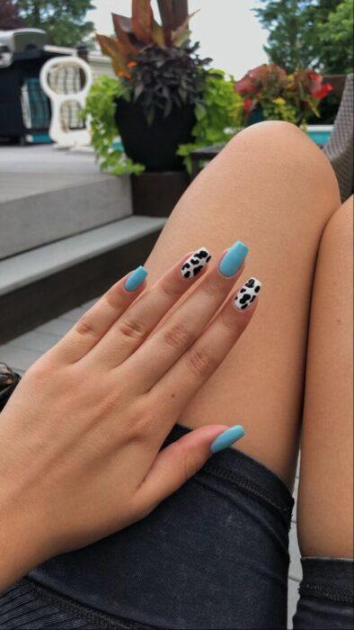 Manicura tono aqua con diseño animal print ;16 Manicuras azules para sentir tus dedos entre las nubes