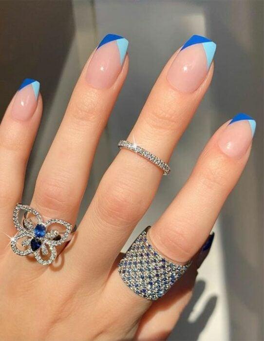 manicura en tono aqua y azul rey ;16 Manicuras azules para sentir tus dedos entre las nubes
