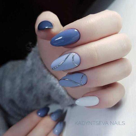 Manicura en azul cielo con azul grisáceo y líneas doradas  ;16 Manicuras azules para sentir tus dedos entre las nubes