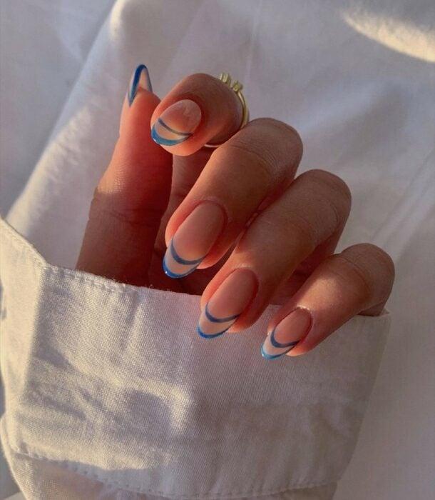 manicura estilo francés doble ;16 Manicuras azules para sentir tus dedos entre las nubes