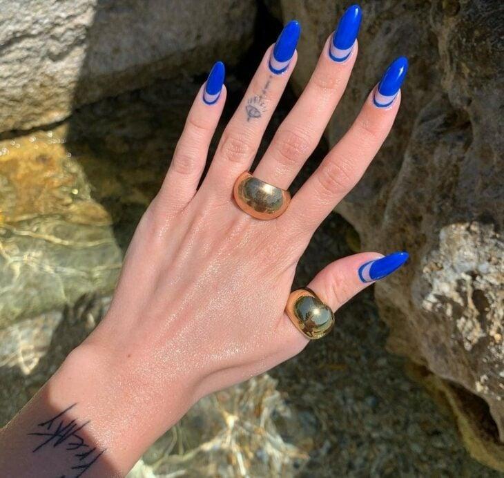 Manicura en tono azul rey ;16 Manicuras azules para sentir tus dedos entre las nubes