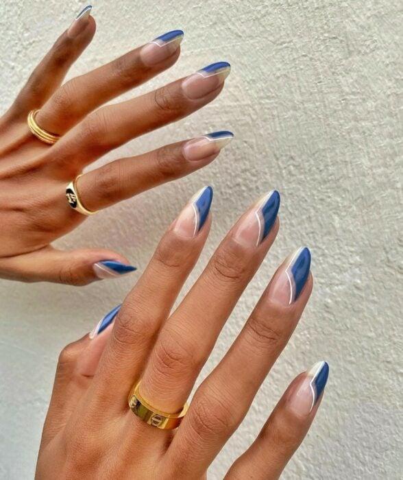 Manicura con líneas blancas y azules ;16 Manicuras azules para sentir tus dedos entre las nubes
