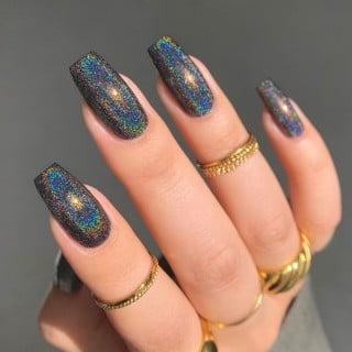 Chica con unas uñas holográficas en tonos azules