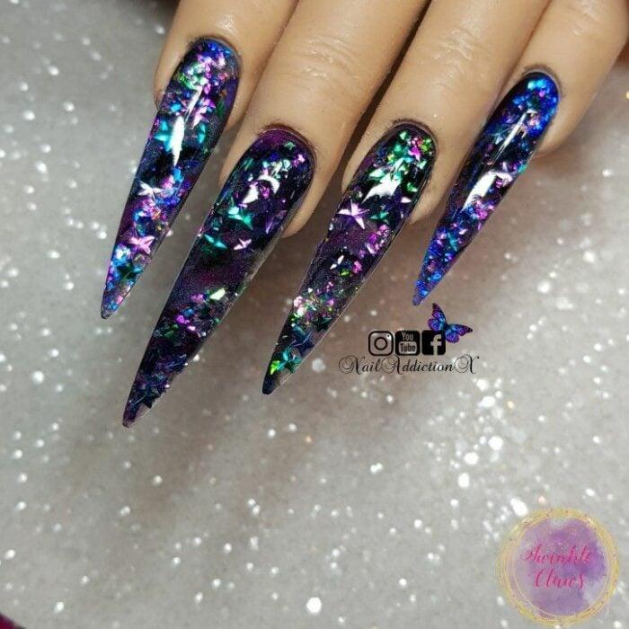 Chica con unas uñas extra largas con diseño en color azul