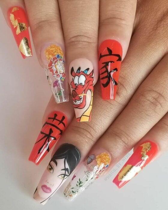 Chica con unas uñas extra largas con diseño de Mulan