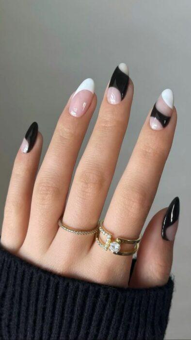 Chica con las uñas pintadas en blanco con negro