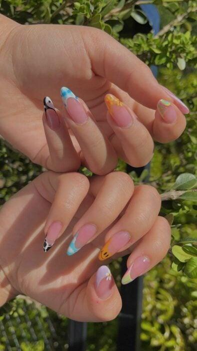 Chica con las uñas pintadas en diferentes colores
