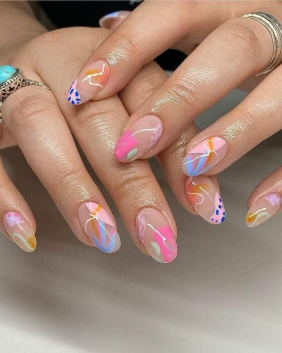 Chica con las uñas pintadas en tonos diferentes