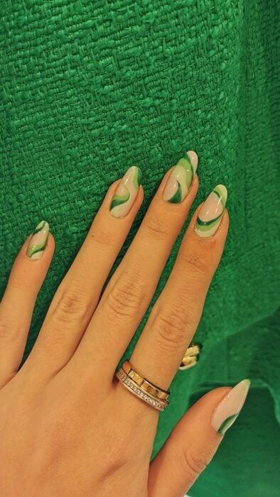 Chica con las uñas pintadas en verde con tono nude