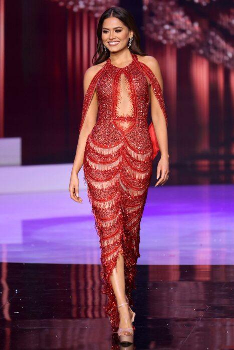 Andrea Meza desfilando con un vestido rojo en Miss Universo