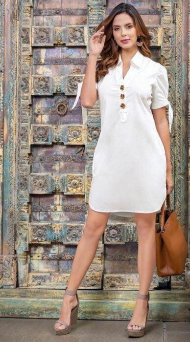 Chica usando un vestido blanco con plataformas