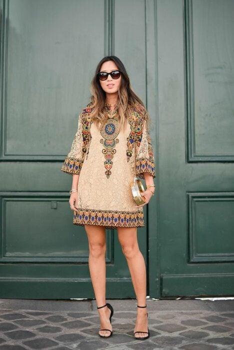 Chica usando un vestido boho con sandalias de tacón
