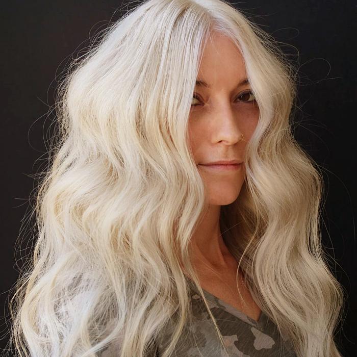 chica de cabello rubio platinado, corto, largo, mediano, chino, en hondas, con lentes de sol, top blanco, negro, rosa, estampado