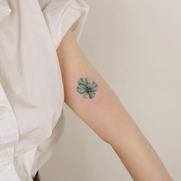 tatuaje minimalista sencillo, pequeño de color azul claro de florecita, mariposa, gatito, cono de nieve rosa pastel, naranja, zanahoria, amarillo, celeste