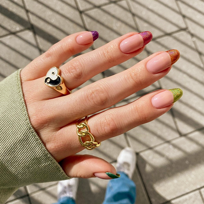 uñas, manicura con diseño minimalista de color dorado, negro, rosa, verde pastel, azul claro, animal print, esmalte holográfico, florecitas, alas de mariposa, estrellitas y sombras