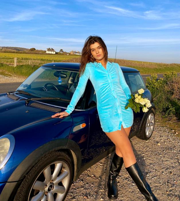 chica con vestido corto primaveral de color blanco, azul, celeste, verde, naranja, amarillo, beige con flores, tenis, sandalias, botines, bolso pequeño, botas largas de cuero