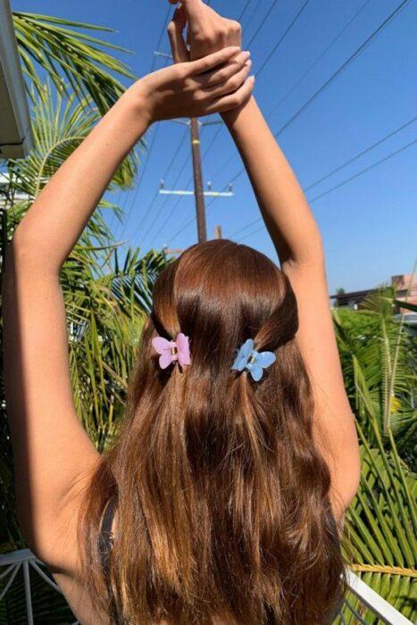 chica con pinzas a los costados ;13 Peinados para enchularte en menos de 15 minutos