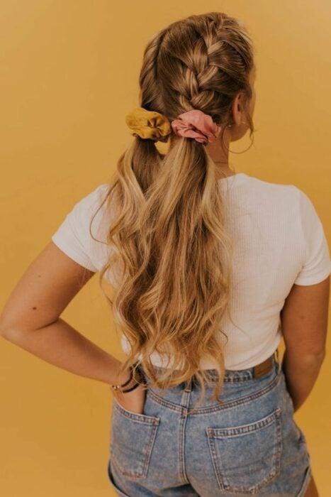 chica con trenzas y coletas bajas ;13 Peinados para enchularte en menos de 15 minutos