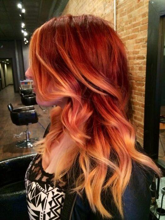 chcia con cabello teñido en rojo y amarillo ;13 Pruebas de que el tinte 'sunset copper' es la nueva tendencia