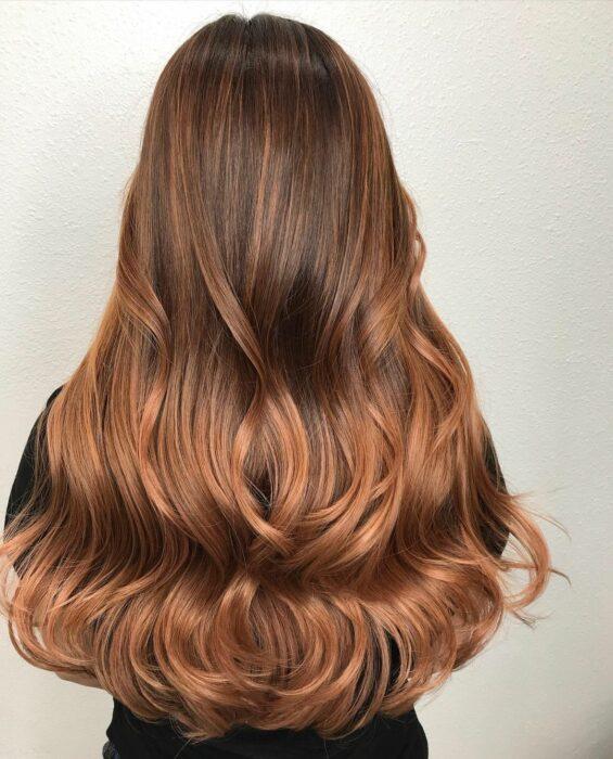 chica con cabello teñido en balayage rojizo ;13 Pruebas de que el tinte 'sunset copper' es la nueva tendencia