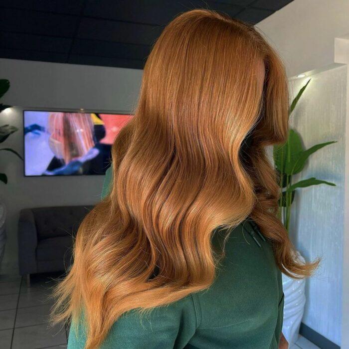 chica con cabello teñido en rojizo cobrizo ;13 Pruebas de que el tinte 'sunset copper' es la nueva tendencia