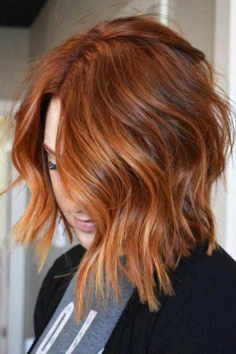 chica con corte pixie teñido en cobrizo ;13 Pruebas de que el tinte 'sunset copper' es la nueva tendencia